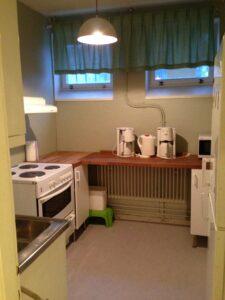 Köket, här finns spis, fläkt, mikro, kyl/frys och en bänkdiskmaskin.