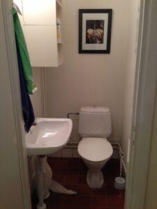 Toalett fnns det såklart. Och städutrustning som dammsugare, att skura golv. Vi tillhandahåller toa och hushållspapper, rena handdukar och diskmedel, rengöringsmedel m.m.