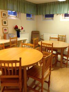 Interiör från rummet, borden kan göras större genom iläggsskivor.
