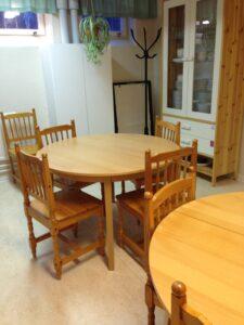 Det finns extrabord och stolar samt extra klädhängare. Ett konferensblock för dig som vill ha möte där.