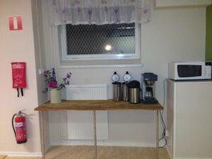 Mitt emot köksdelen finns en mikro, en avlastningsbänk och kaffebryggare.